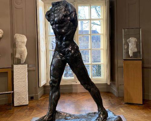 l'Homme Qui Marche Statue